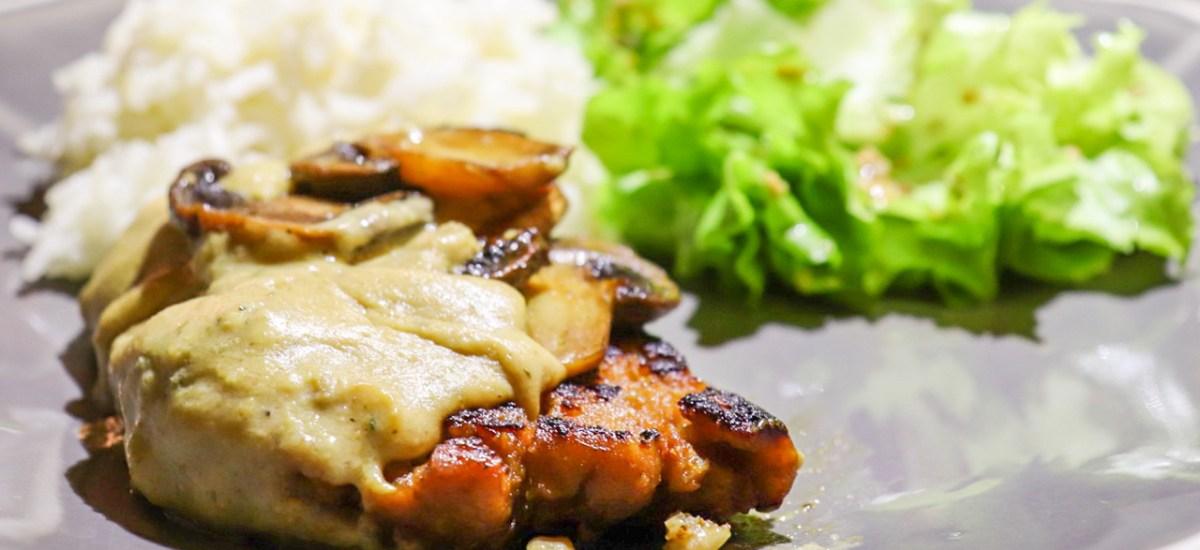 Bifinhos de Seitan com Cogumelos e creme de leite de Amêndoa