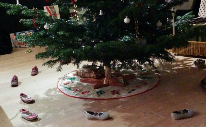 nissedør - jJulius, har danset rundt om jeletræet, med alle barnets/børnenes sko