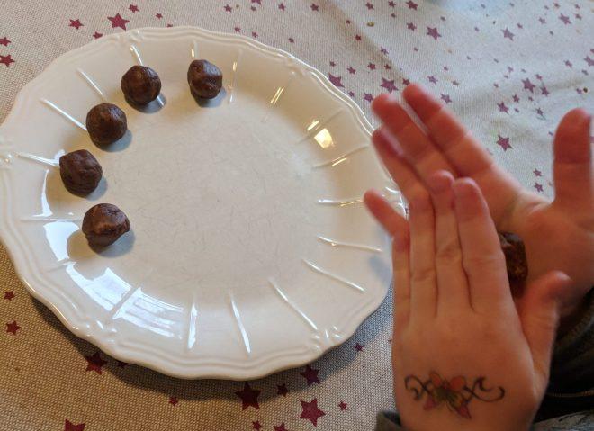 Lav dit eget juleslik / julekonfekt af frugtstænger og smeltet chokolade