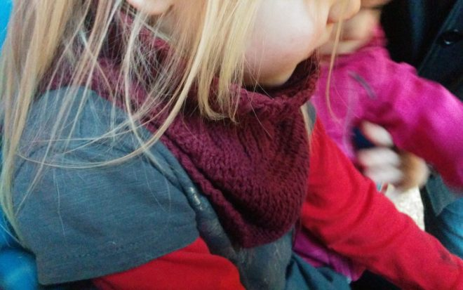 Lær her, hvordan du selv let selv kan strikke en halsedisse til dit barn eller barnebarn