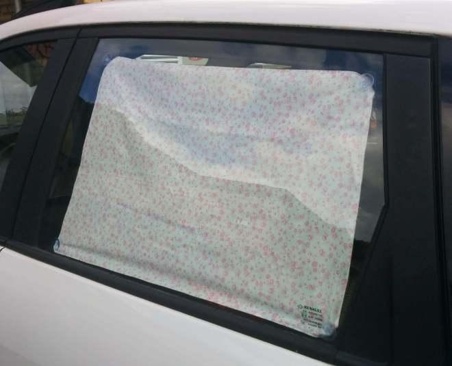 DIY solskærm til bilvinduet set udefra