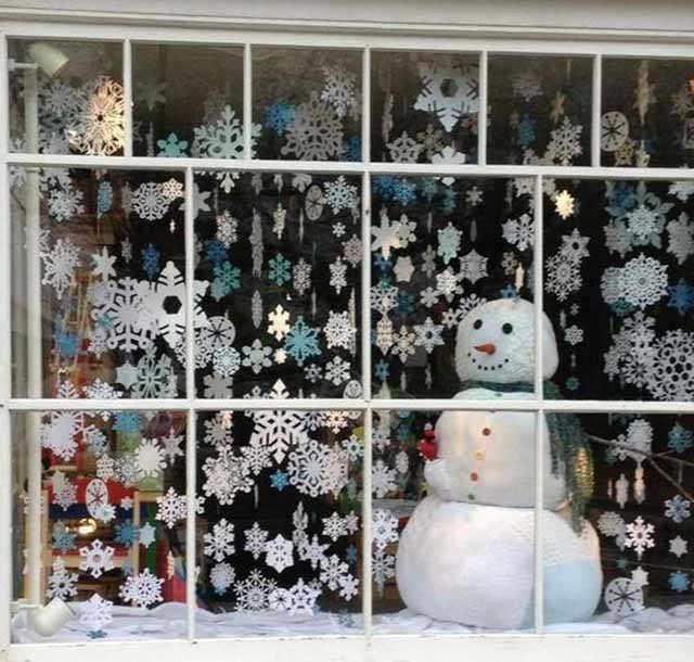 ukrashenie okna snezhinkami