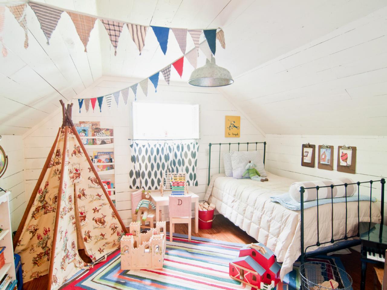 Где должна стоять детская кроватка в комнате. В помощь маме: где лучше поставить кроватку для новорожденного и как ее правильно застелить