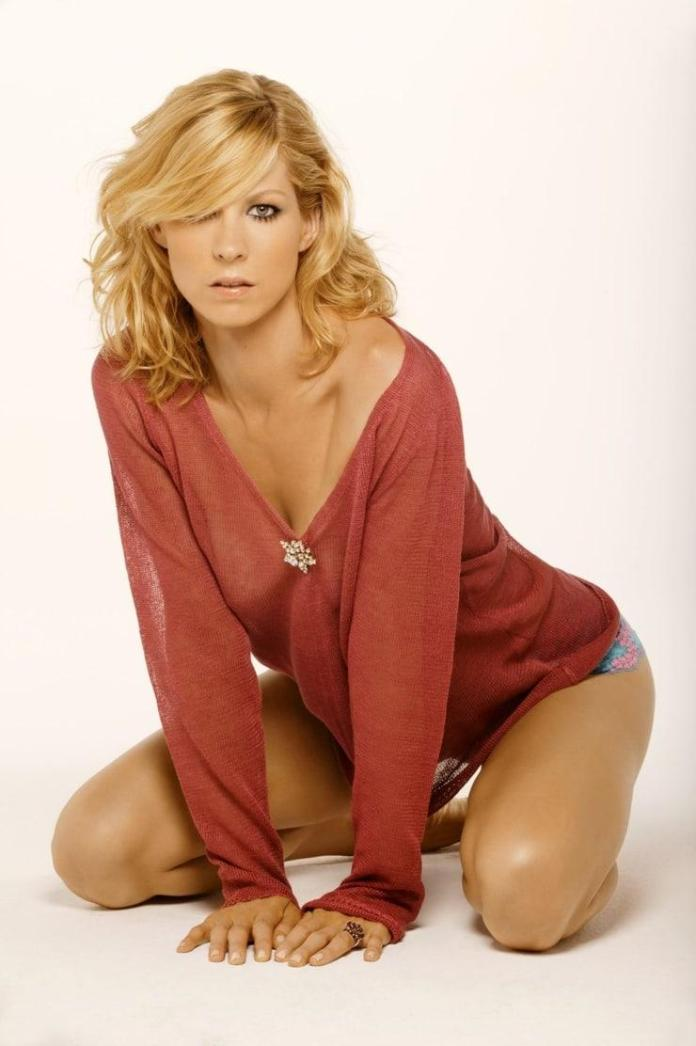 Jenna Elfman sexy pic