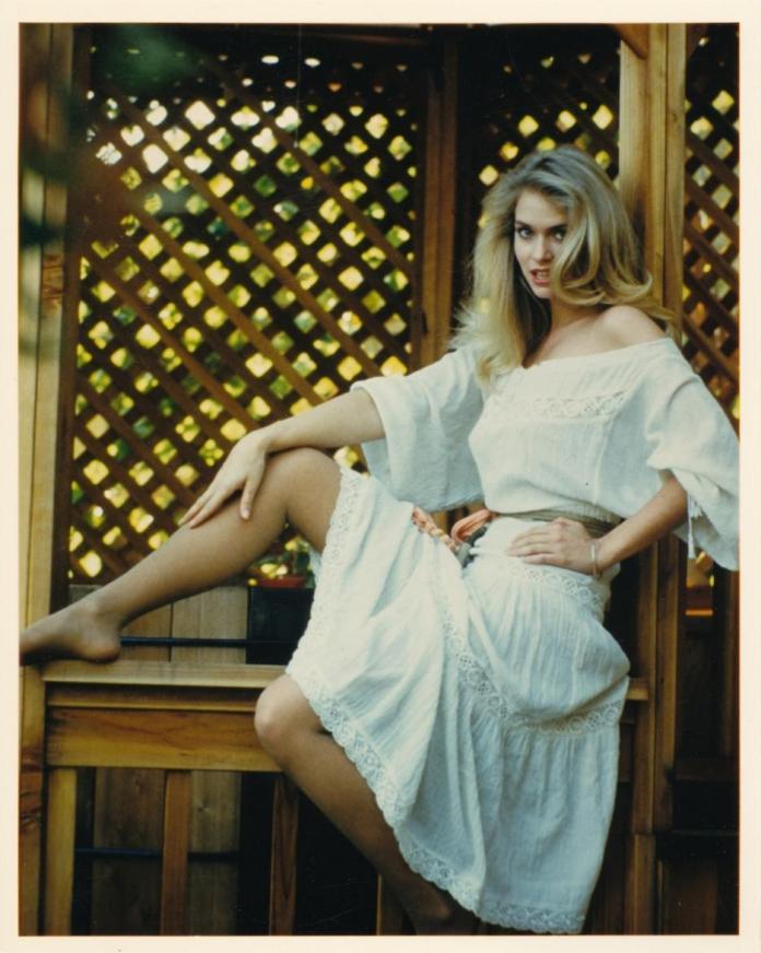 Donna Dixon hot look