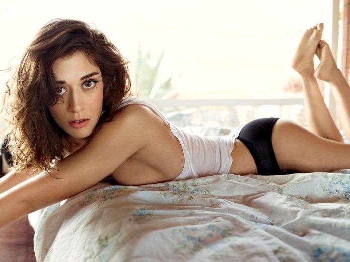 Lizzy Caplan sexy pics