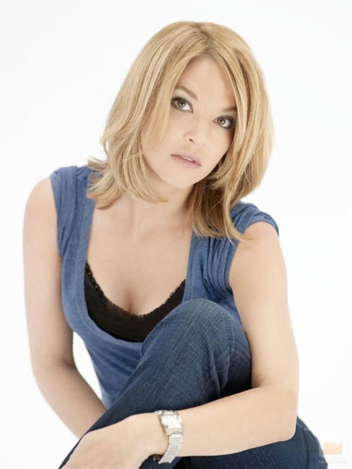 Nicki Aycox sexy look