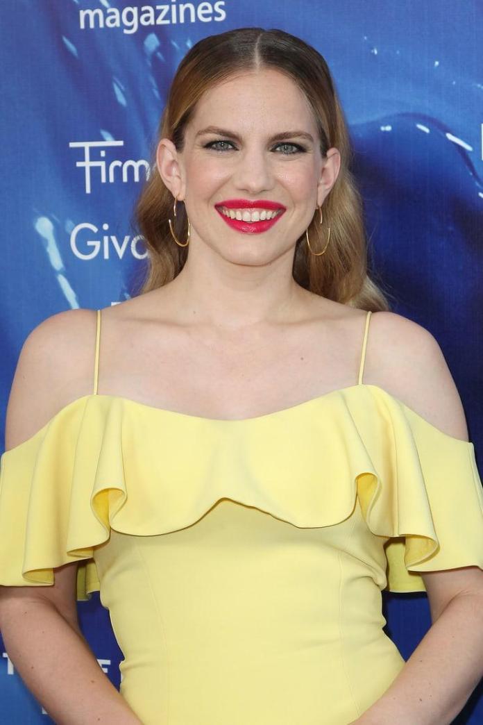 Anna Chlumsky hot look