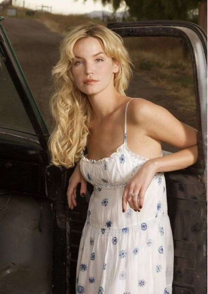 Ashley Scott sexy look pic