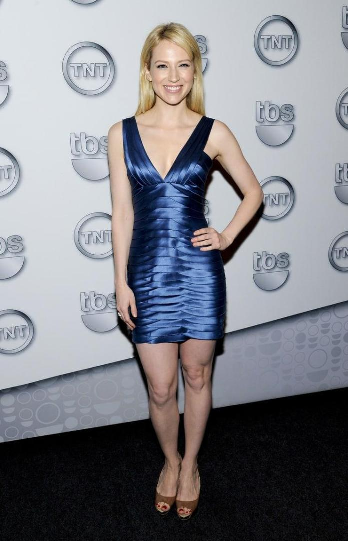 Beth Riesgraf sexy cleavage pics