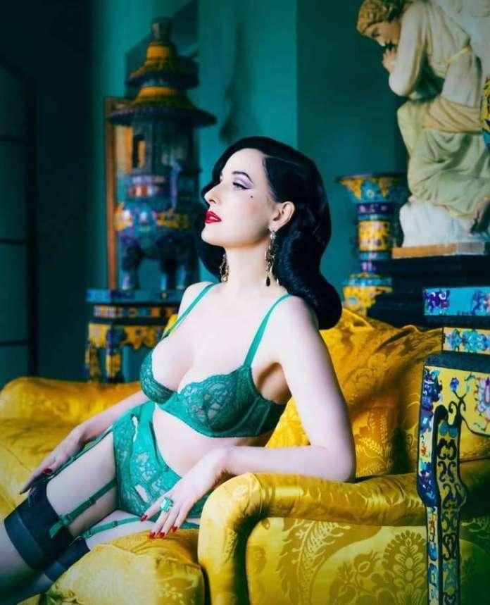 Dita Von Teese sexy look