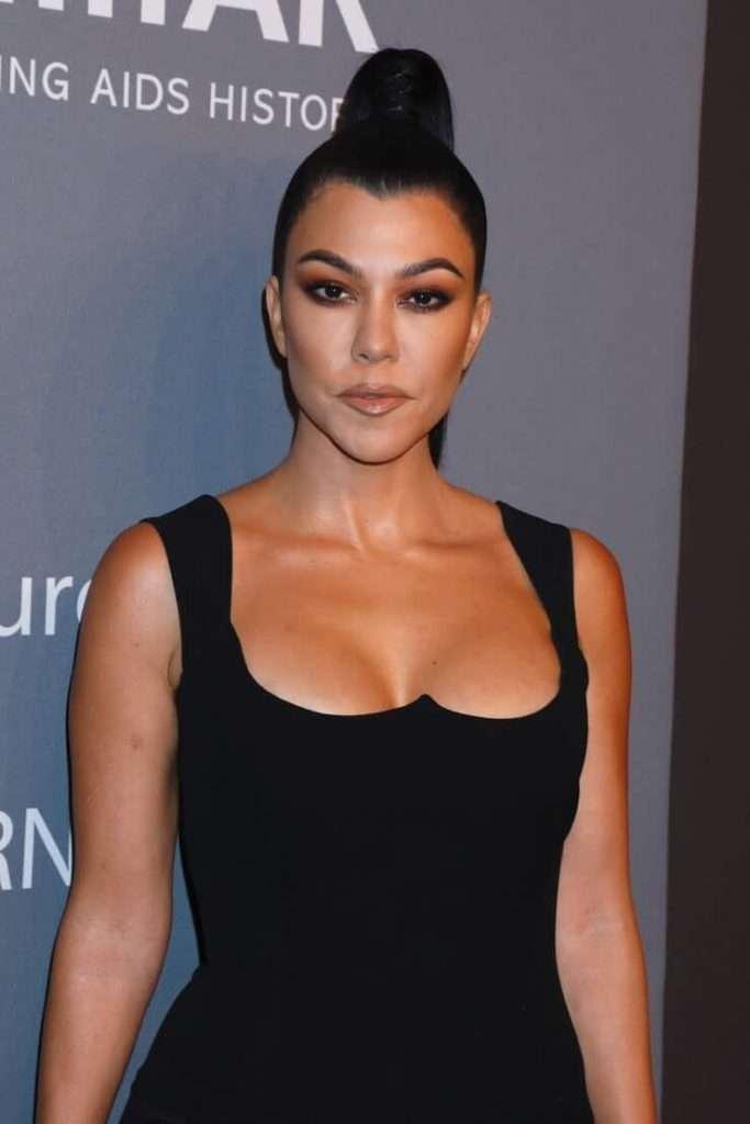 Kourtney Kardashian tits pictures