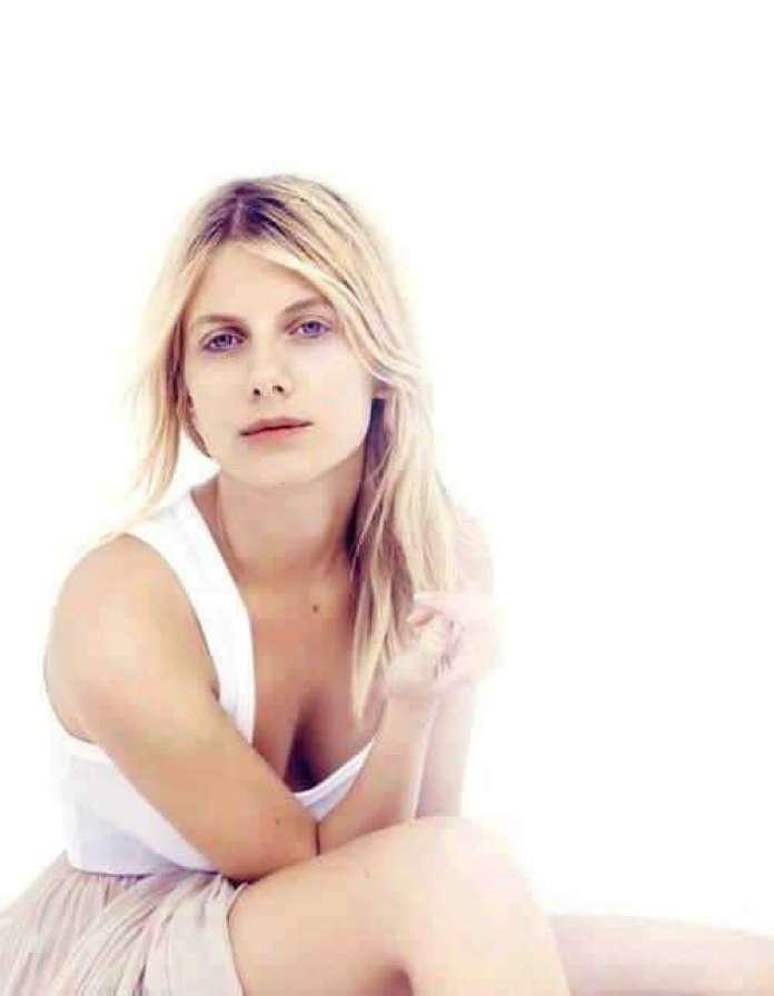 Mélanie Laurent cleavage pictures