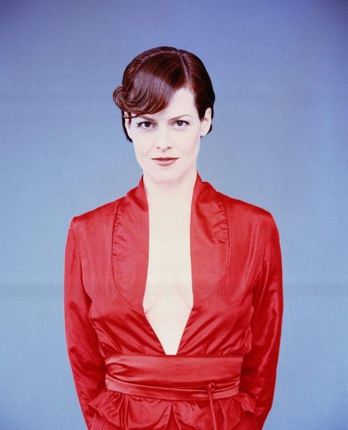 Sigourney Weaver amazing cleavage pics