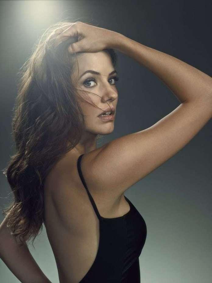 Julie Gonzalo hot pic