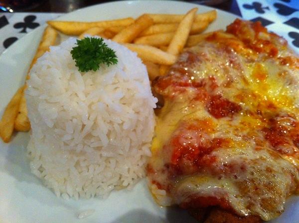 Prato principal: Frango a Parmegiana, arroz e fritas