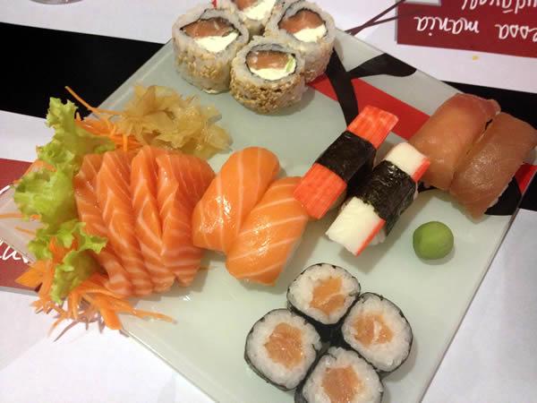 Combo com sushi, sashimi e nigirizushi