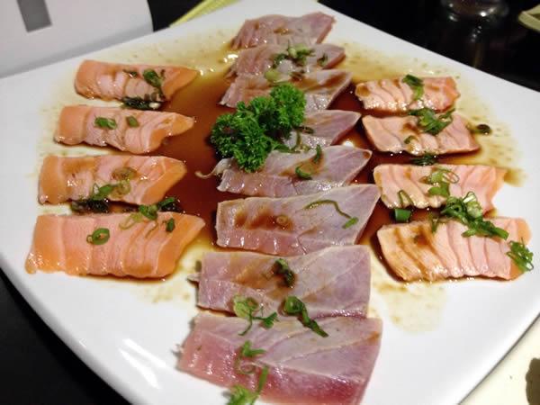 Tataki: fatias de salmão e atum seladas
