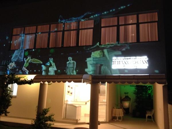 A entrada do restaurante Ilhas Gregas tem projeção de imagens de apresentações culturais da Grécia