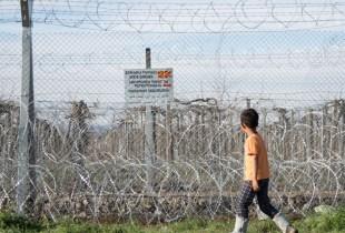"""Desesperadas, miles de personas refugiadas, como este niño de Siria, no saben cómo seguir adelante ni cómo volver atrás tras anunciar las autoridades macedonias el cierre total de la frontera con Grecia. Todo el mundo nos pregunta: """"¿Va a seguir cerrada la frontera? ¿Y qué vamos a hacer?"""" © Amnistía Internacional"""
