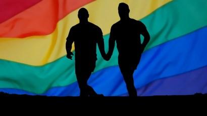 couple_gay_lesbien_celebre_secret_amour_heureux