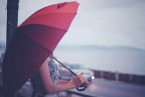 雨の中の女性