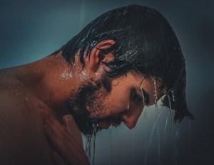 シャワーの男