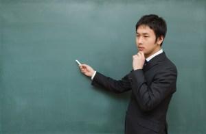黒板に向かって考えてしまう先生
