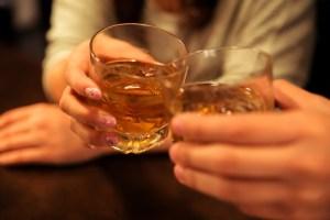 居酒屋での乾杯