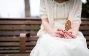 枯れ葉と女性