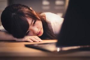 パソコンを前に落ち込む女性