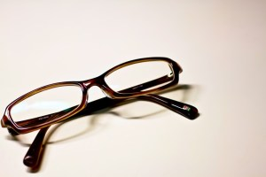 茶色いフレームの眼鏡