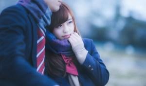 彼のマフラーをぎゅっと掴んだ女子高生