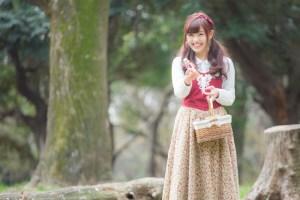 森で小瓶を売る少女