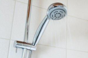 シャワーを浴びて待つ
