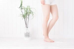 細い女性の脚