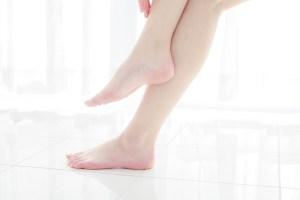 透明感のある女性の足元