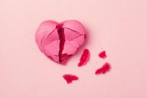 ピンクの背景に壊れた心