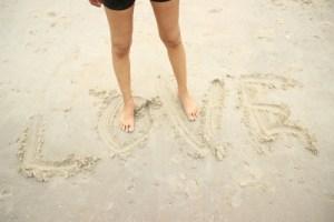 砂浜にLOVE