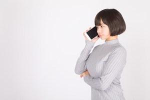 音声通話する若い女性
