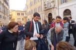 Nicola Fratoianni firma per il referendum contro l'Italicum durante il presidio 12 aprile 2016 Montecitorio contro la deforma della Costituzione
