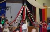 L'arbre de Mai ! Cette fête laisse souvent place à la danse autour de l'arbre. Nos amis symbolise ce rituel. le Maibaum ! Dieses Fest läßt oft Platz im Tanz um den Baum zurück. Unsere Freunde symbolisiere dieses Ritual.