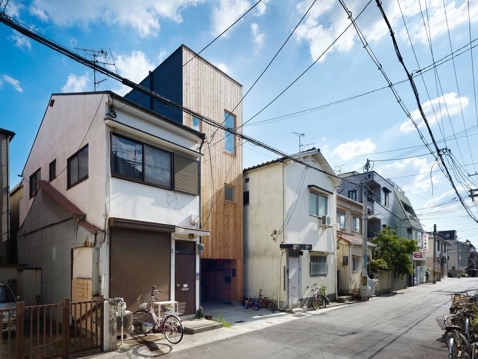 住人十色 -タテにつなげて狭さ克服!神戸に建つ6.6坪の家 1/2-