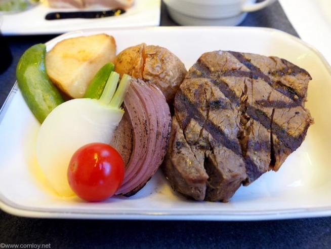 メインディッシュ  牛フィレ肉のグリル ジャポネソース