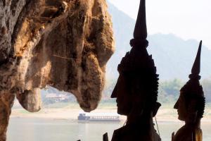 キスする仏像の横顔