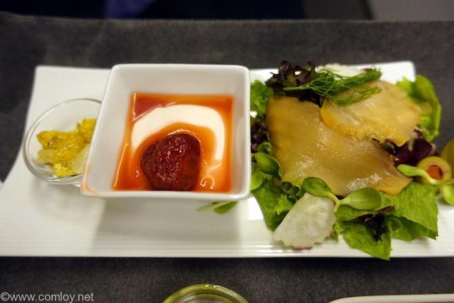 日本航空 JL34 バンコク-羽田 ビジネスクラス 朝食 ジェノベーゼポテトとスモークサーモンのサラダ ギリシャ風ヨーグルト ストロベリーソース グラノーラ添え
