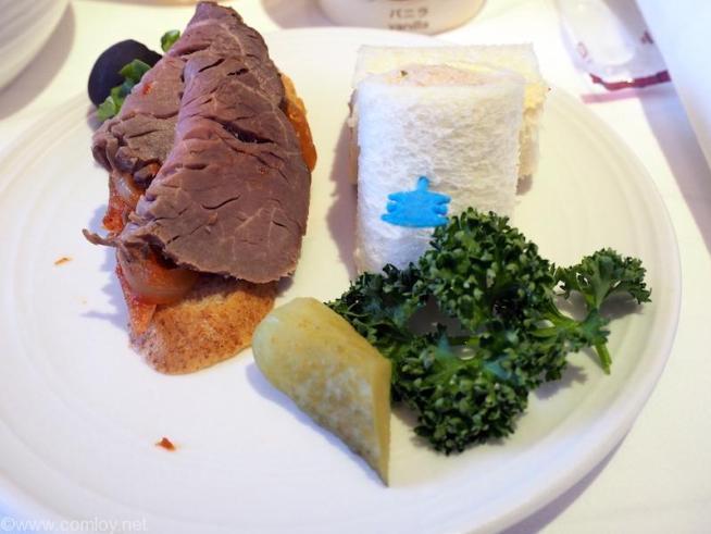 マレーシア航空 MH89 成田 -クアラルンプール ビジネスクラス機内食 Roasted beef and spicy onion on wholemeal baguette