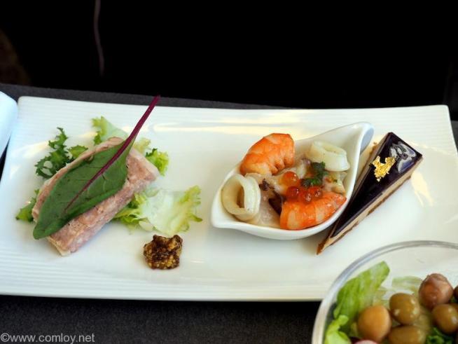 日本航空 JL97 羽田 - 台北(松山) ビジネスクラス機内食 パテ・ド・カンパーニュ 粒マスタード添え 魚介のマリネ フォアグラテリーヌ ガトー仕立て