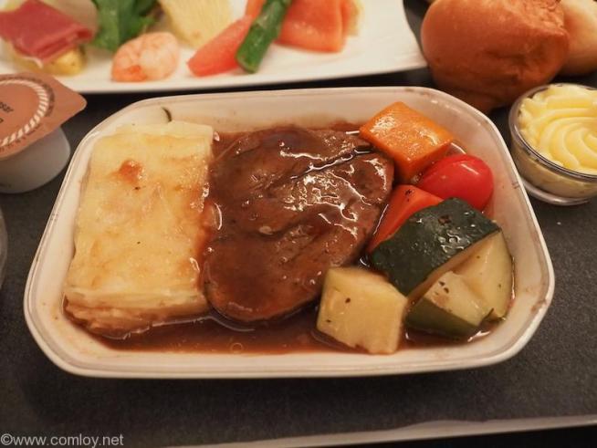 日本航空 JL26 香港 - 羽田 ビジネスクラス機内食 メインディッシュ 牛フィレステーキ マディラソースとリヨネーズポテト