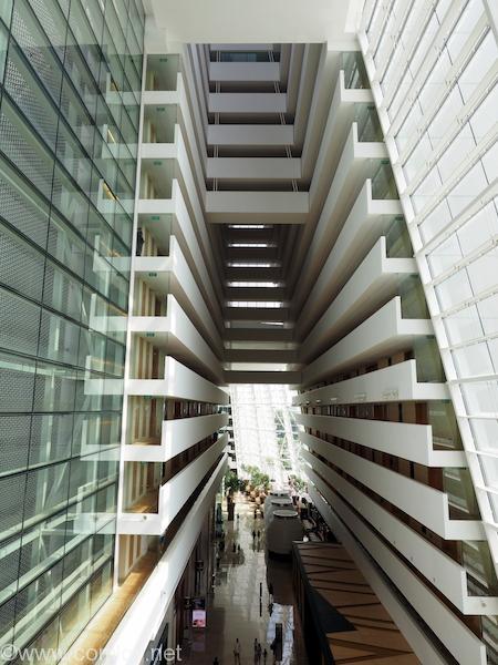 渡り廊下から見るマリーナベイサンズの内部